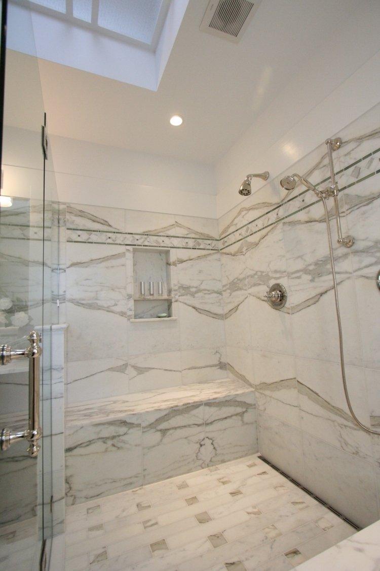 Ванная комната с душевой кабиной и мраморной плиткой