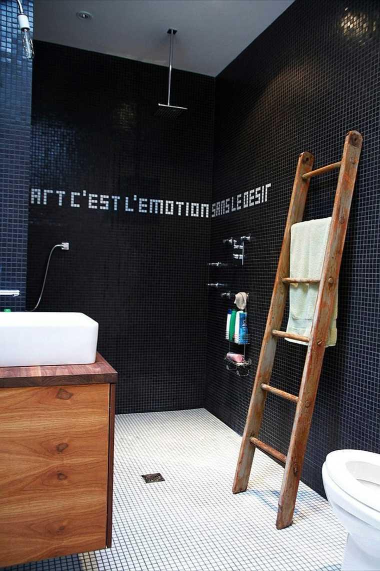 Черная ванная с надписью