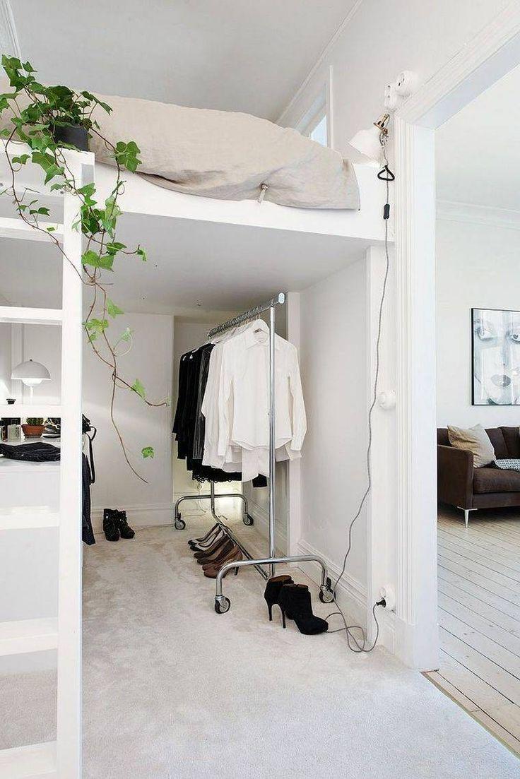 Спальня в однокомнатной квартире с надстройкой
