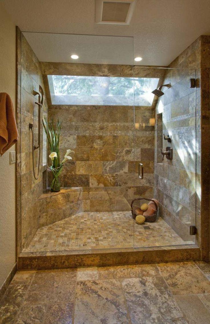 Ванная комната с душевой кабиной с отделкой из натуральной каменной плитки