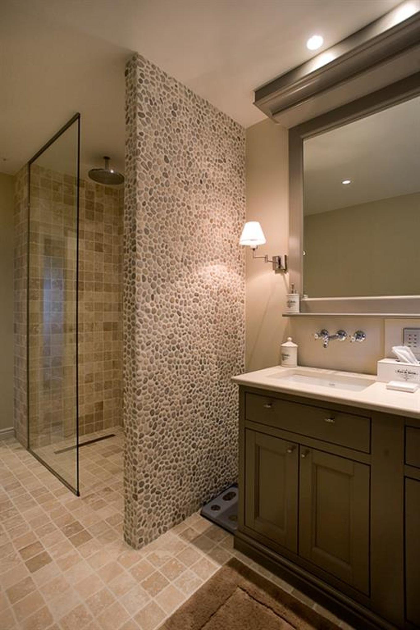 Ванная комната с душевой кабиной с отделкой натуральным камнем