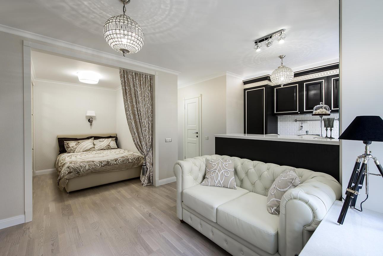 Спальня в однокомнатной квартире в стиле неоклассики
