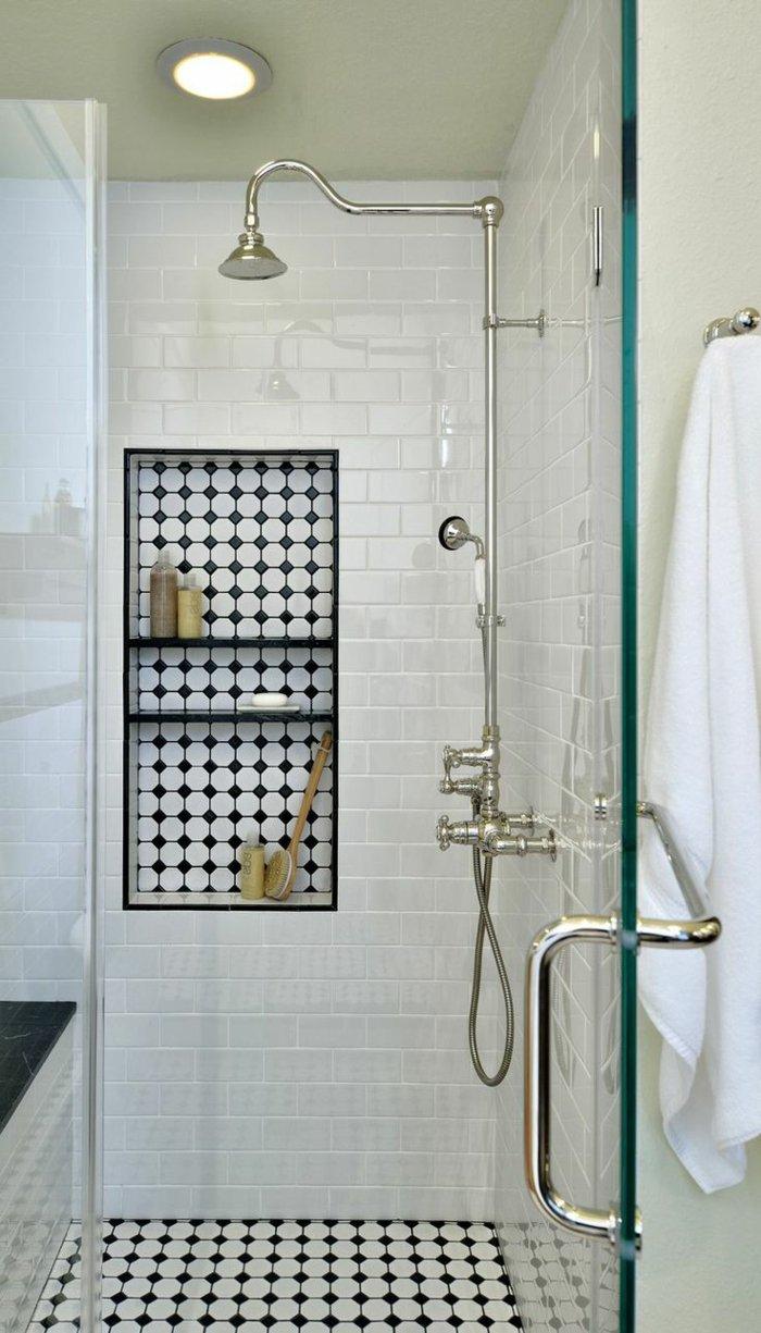 Черно-белая плитка в нише ванной
