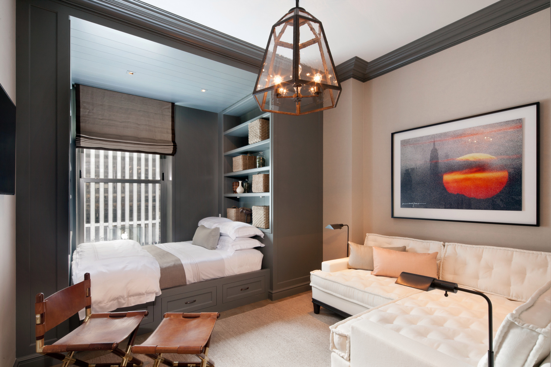 Спальня в однокомнатной квартире в нише