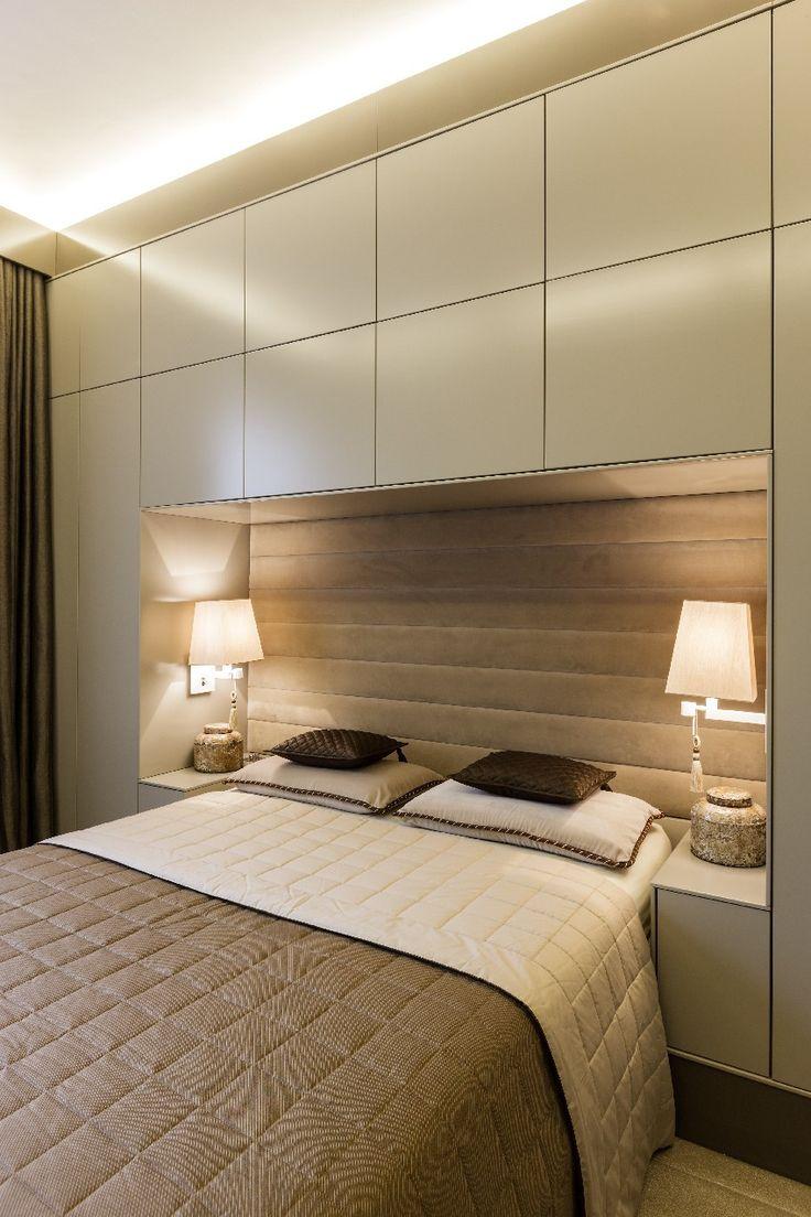 Маленькая спальня с кроватью в нише