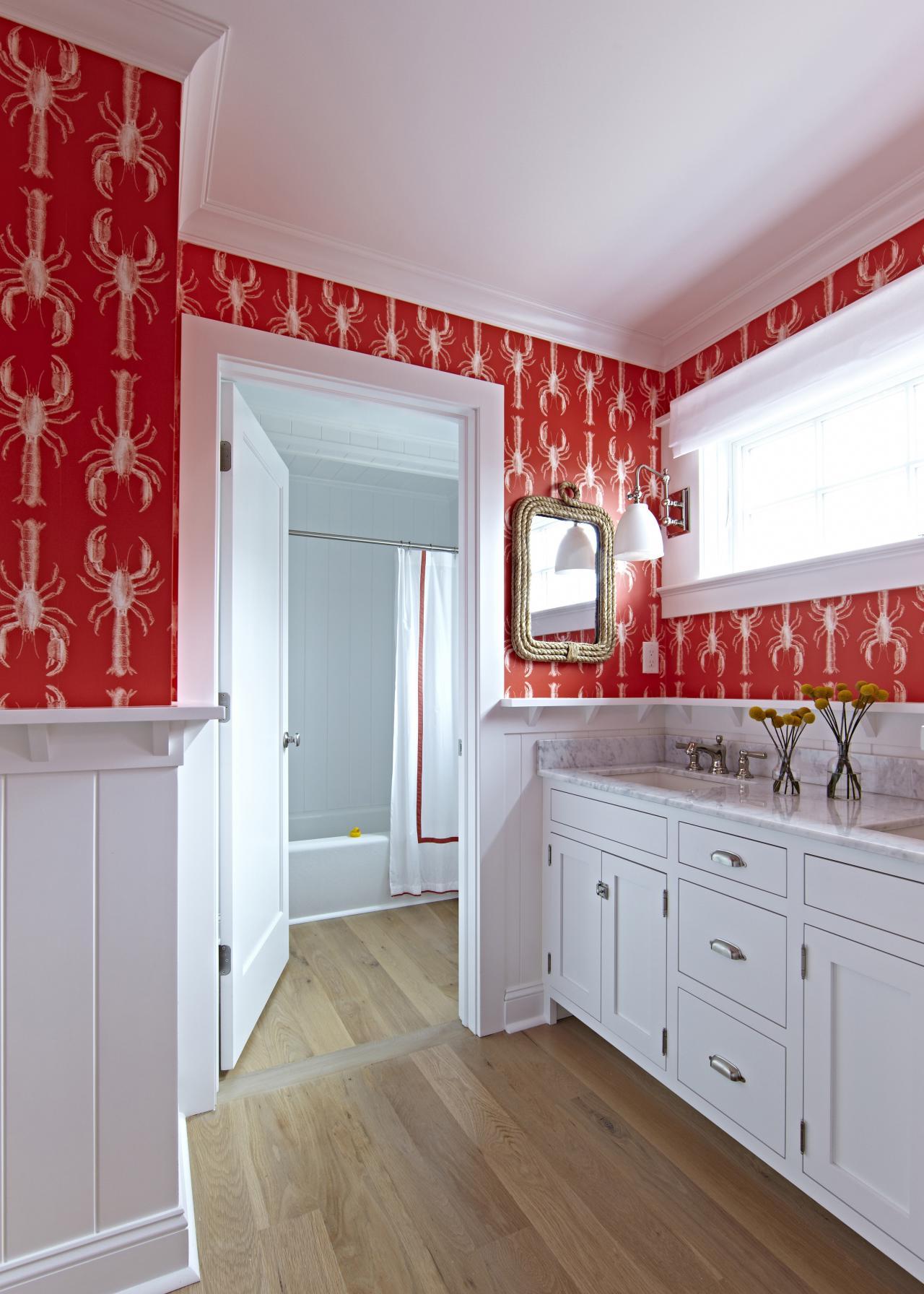 Красные обои в ванной