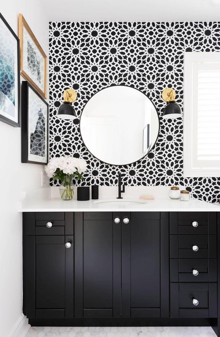 Черно-белые обои в ванной