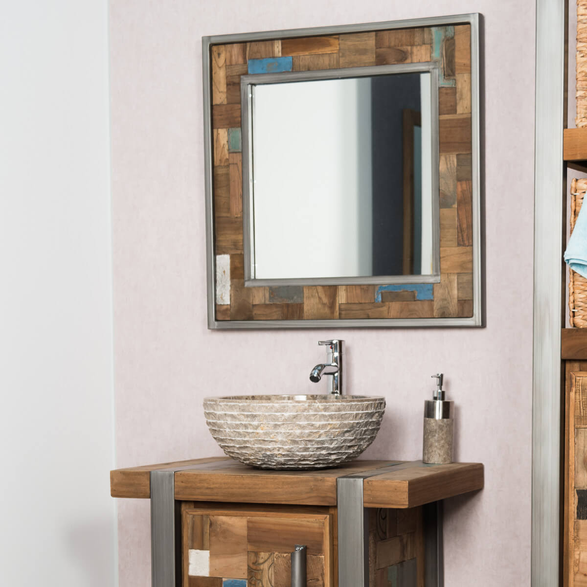Зеркало в ванную комнату обрамленное