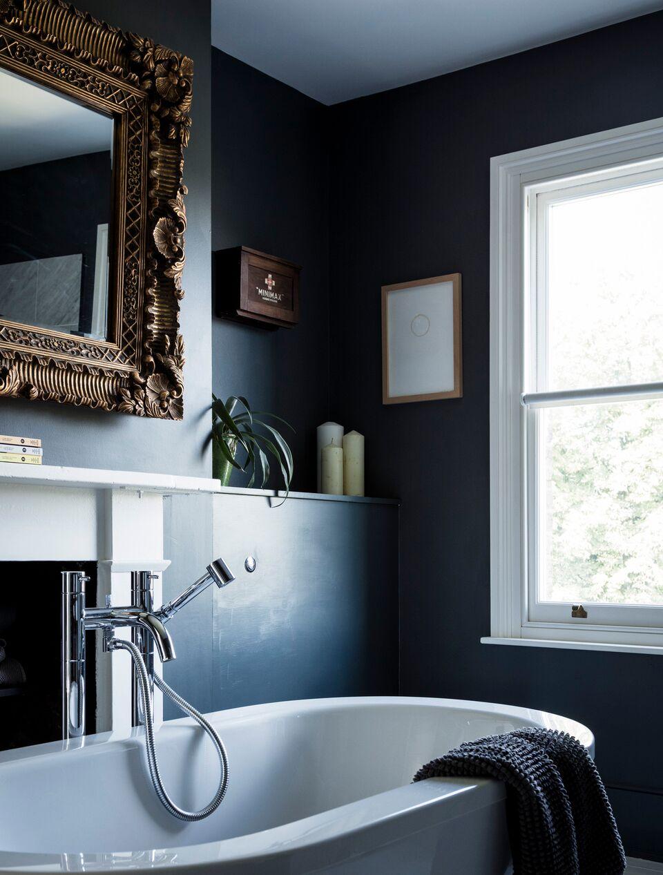 Черная ванная с окном