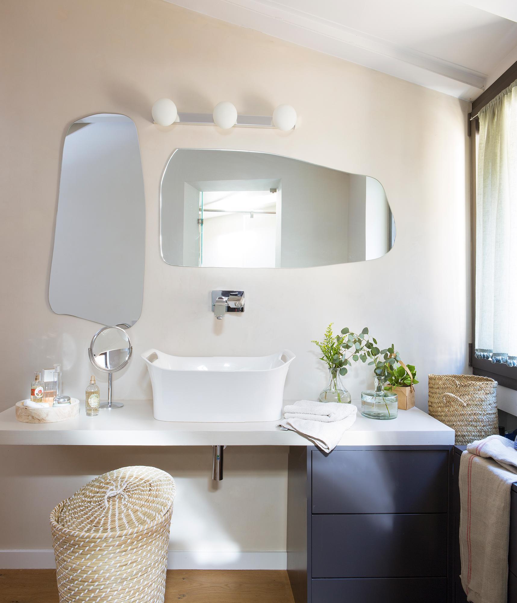 Маленькая ванная комната с окном