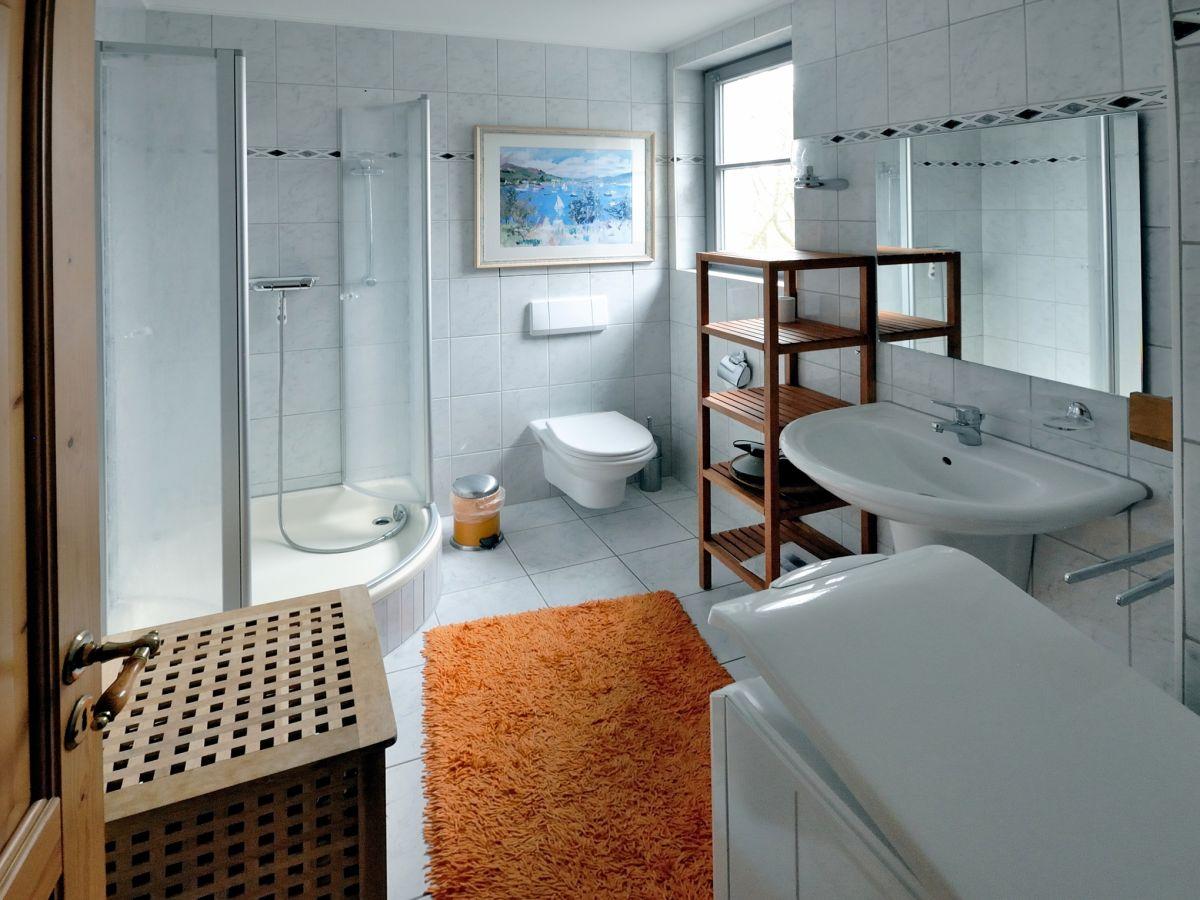 Совмещенная ванная комната с окном