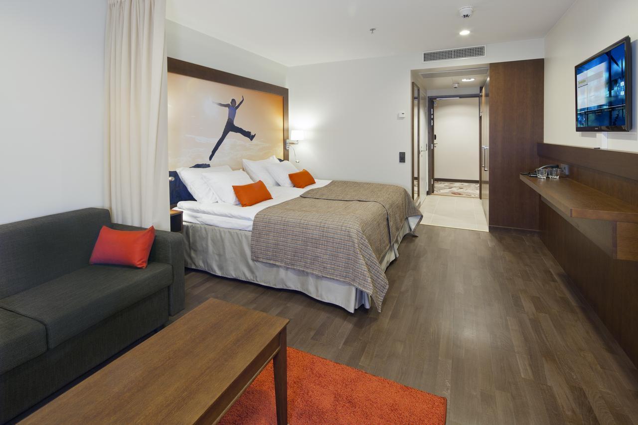 Спальня в однокомнатной квартире оранжевая