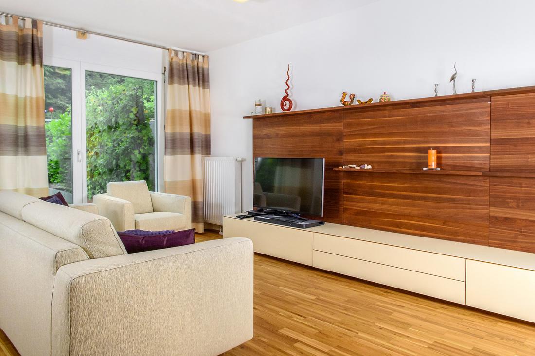 Интерьер квартиры студии с деревянной отделкой