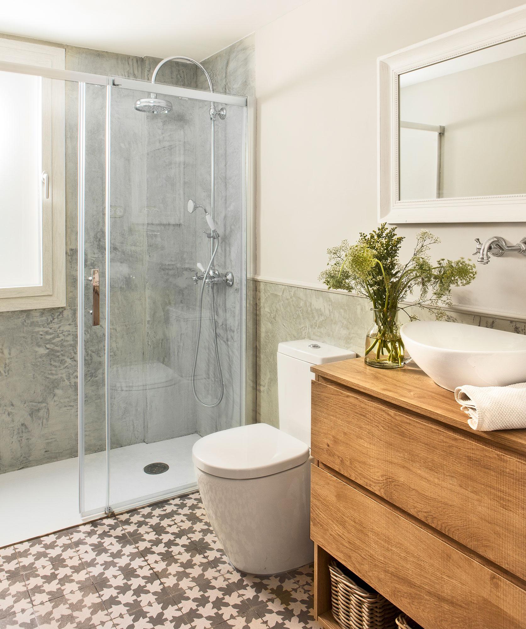 Маленькая ванная комната с отделкой