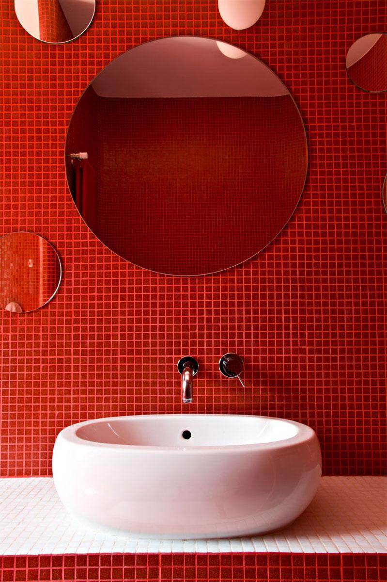 Отделка красной ванной комнаты