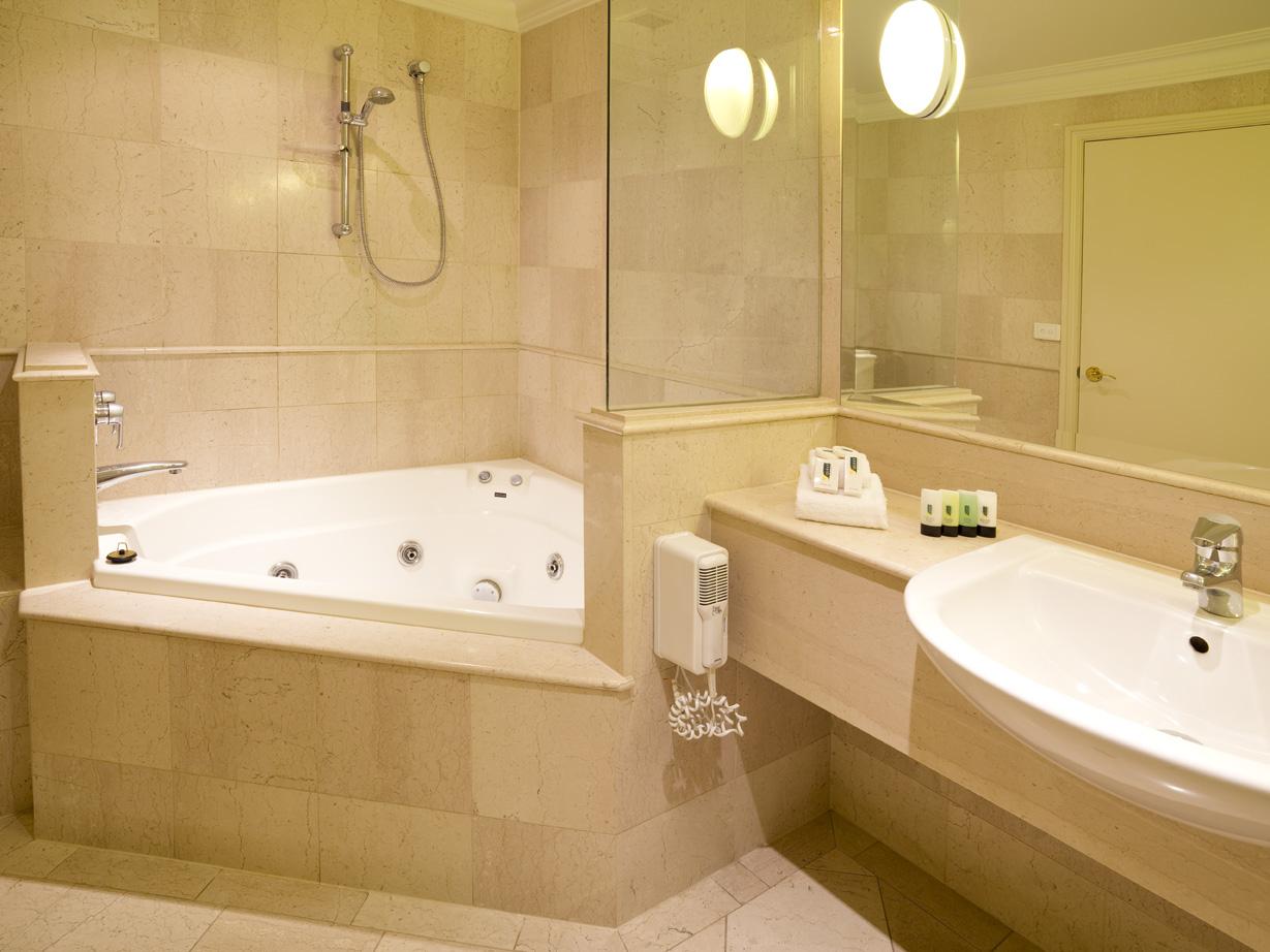 Угловая ванна с отделкой плиткой