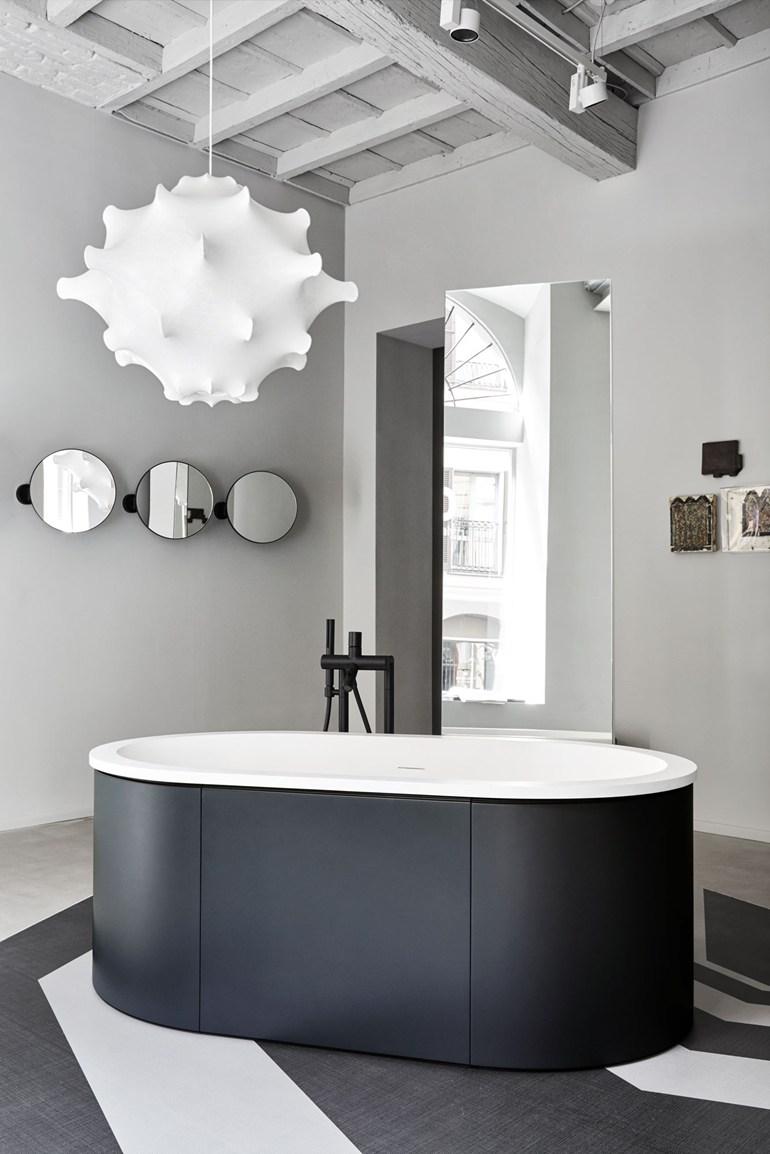 Черные панели под ванной