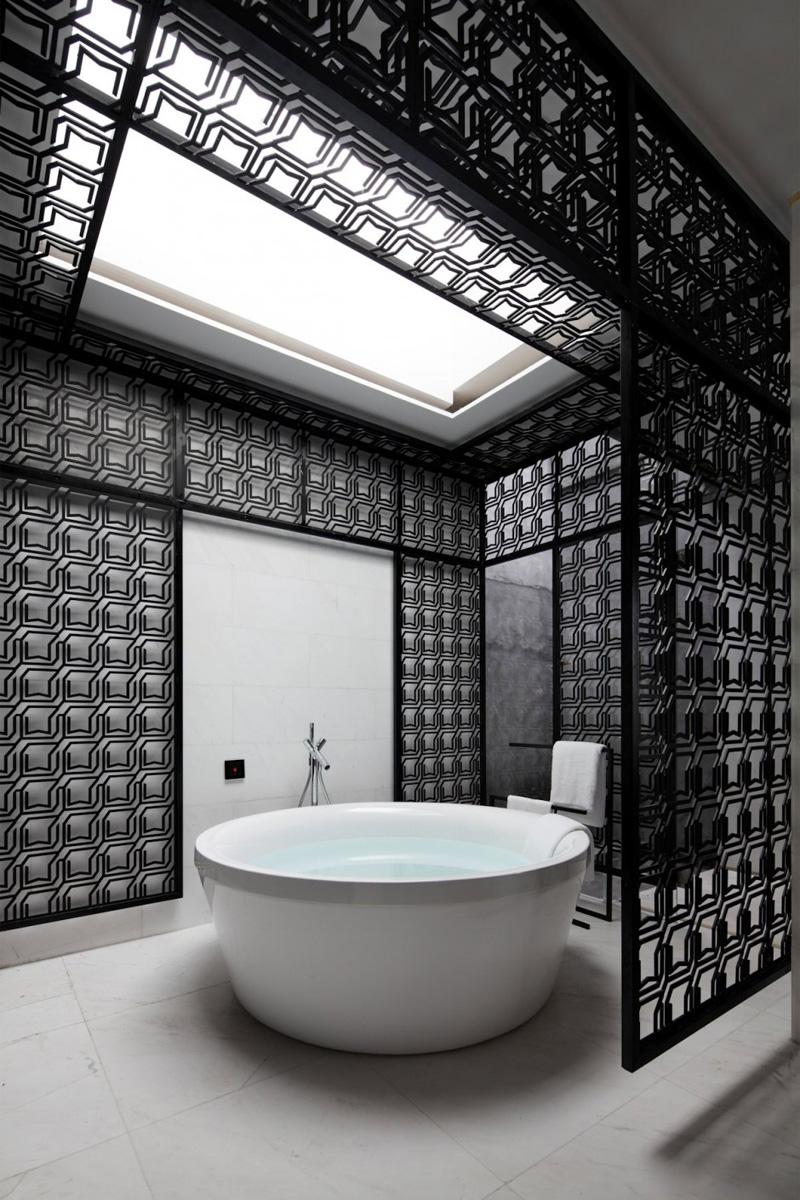 Черные панели в белой ванной