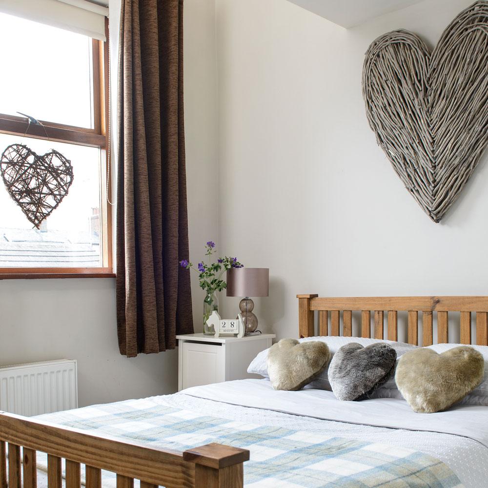 Маленькая спальня с панно