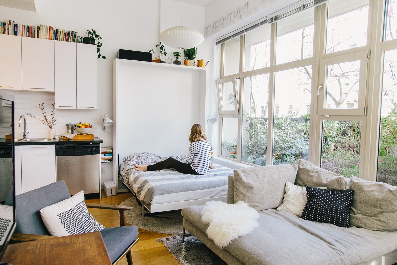 Спальня в однокомнатной квартире с панорамным окном