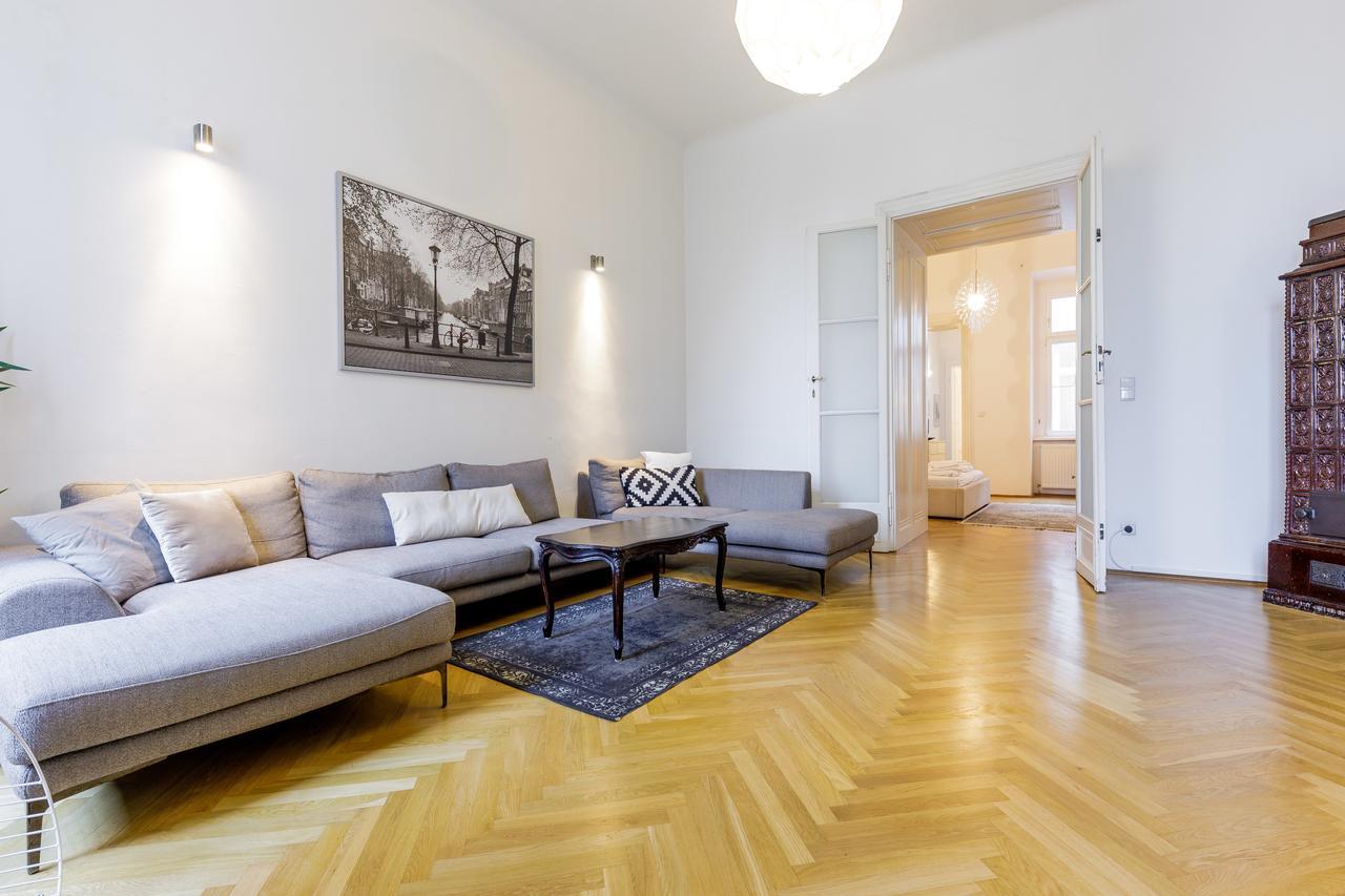 Интерьер квартиры студии с паркетом