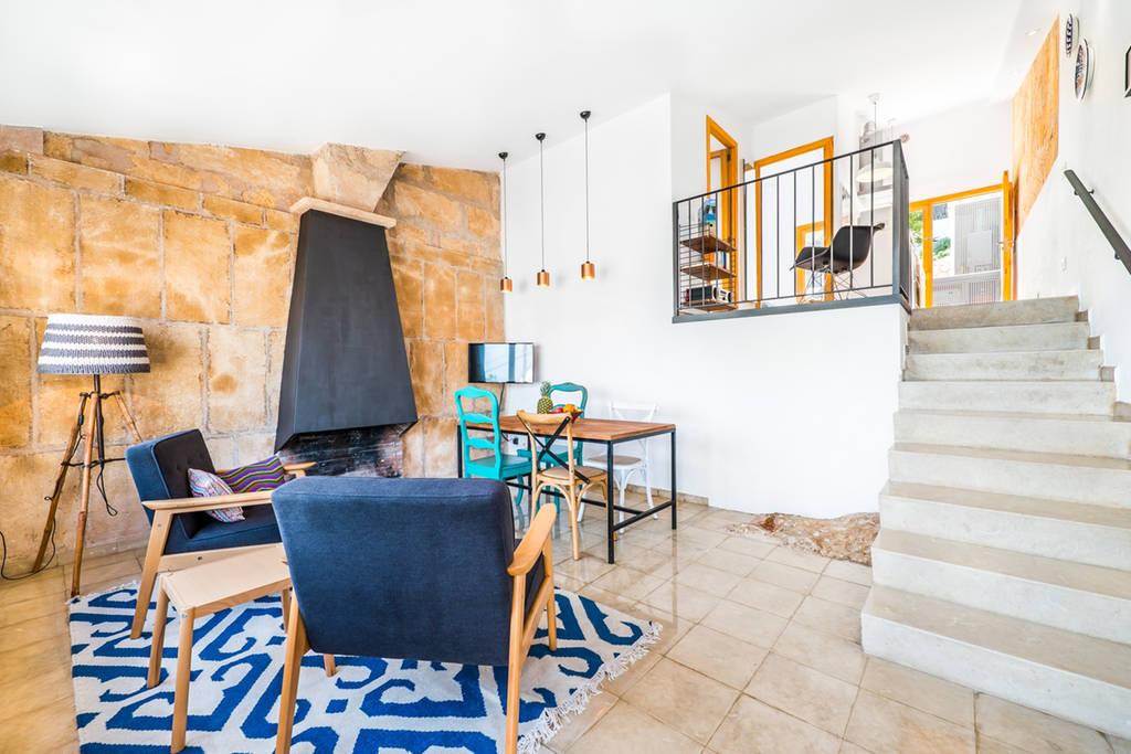 Интерьер квартиры студии с печью