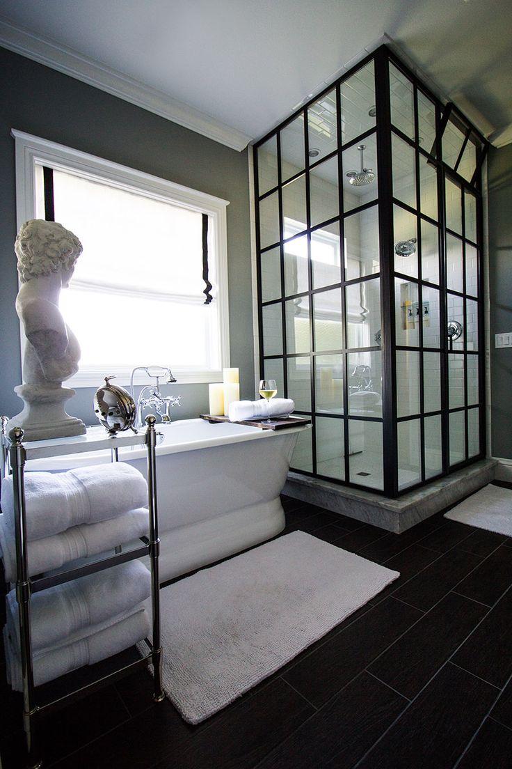 Черная перегородка в белой ванной
