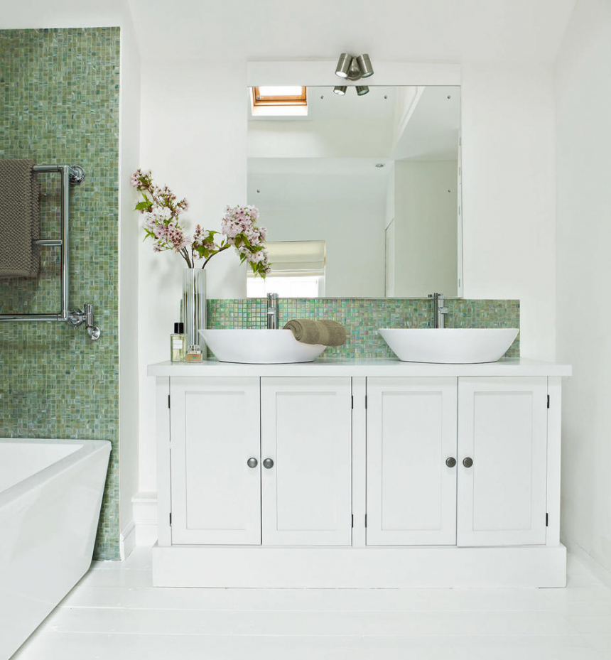 Идеи дизайна маленькой ванной с перламутровой мозаикой