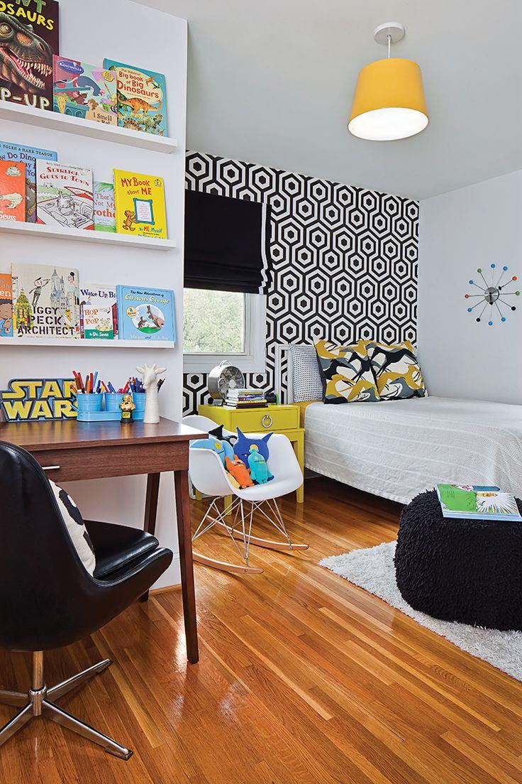 Детская в однокомнатной квартире с письменным столом