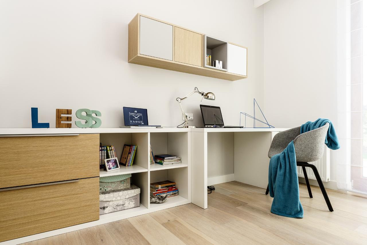 Интерьер квартиры студии с письменным столом