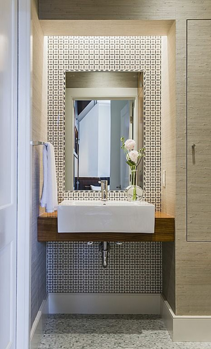 Обрамление зеркала плиткой в ванной