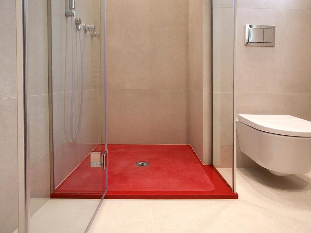 Красный поддон в ванной