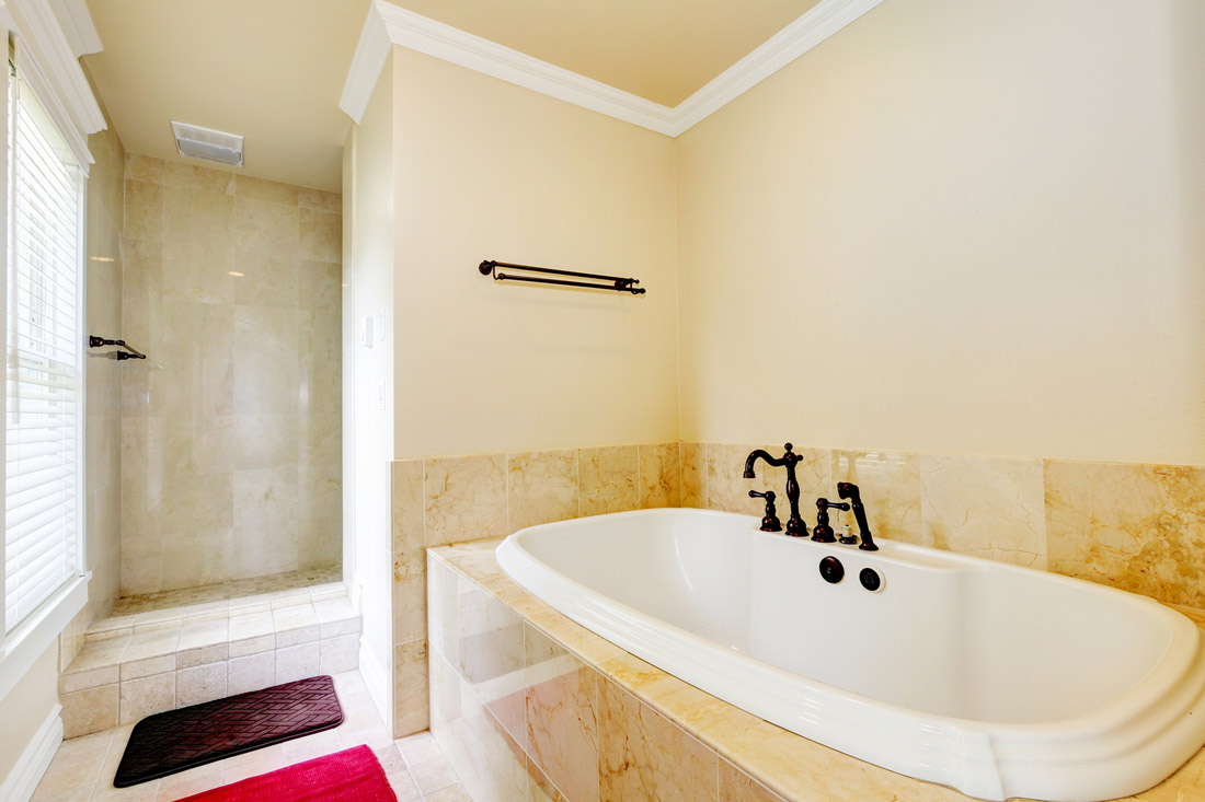 Ванная комната с душевой кабиной на подиуме