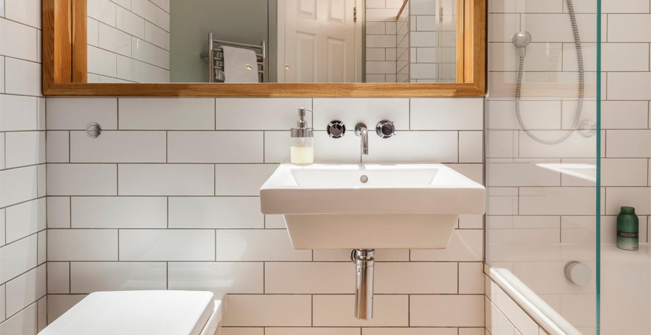 Совмещенная ванная комната с подвесной сантехникой