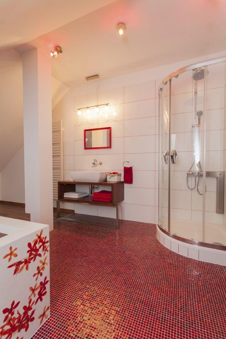 Красный пол в ванной