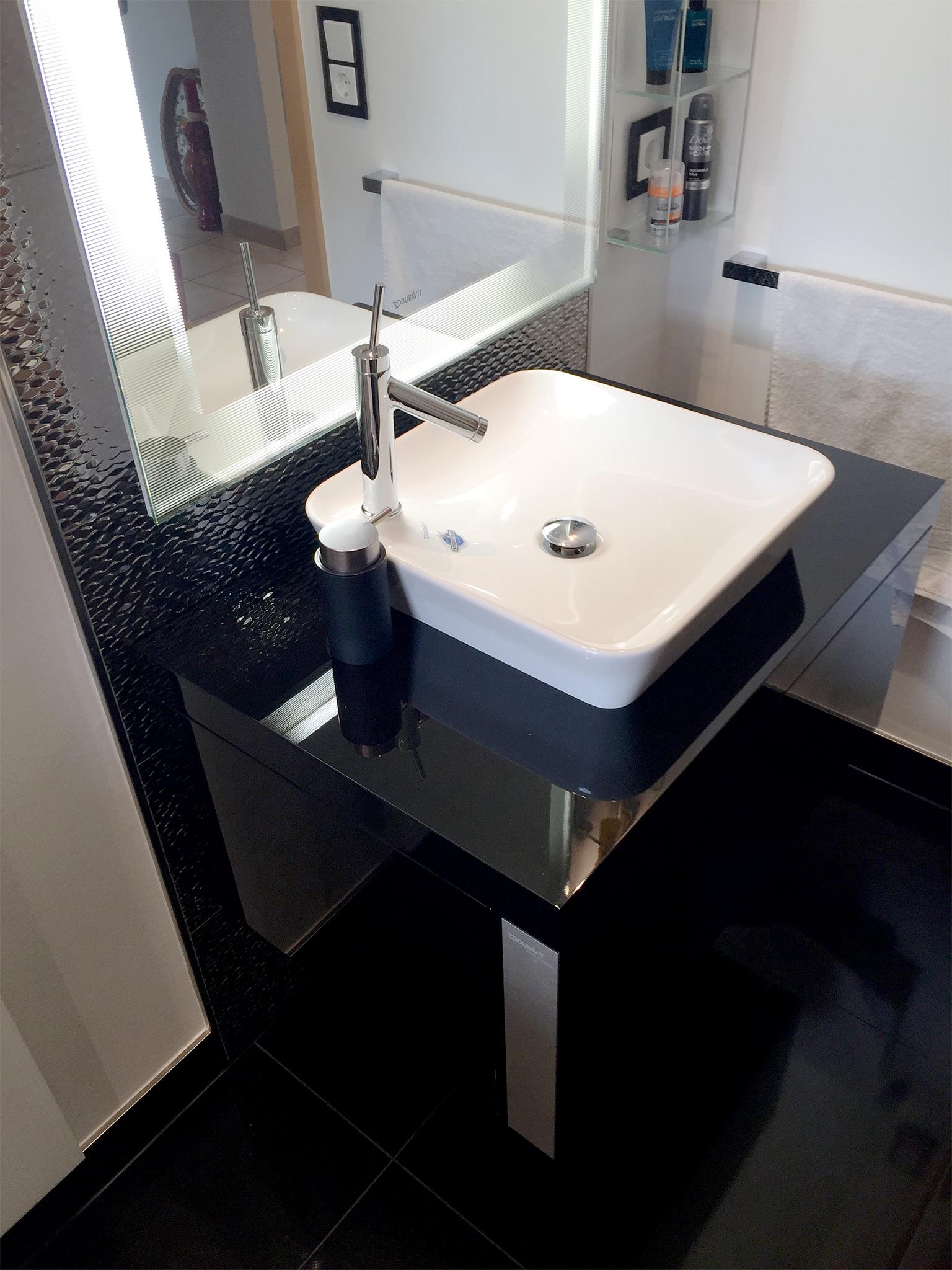 Идеи дизайна маленькой ванной с черным полом