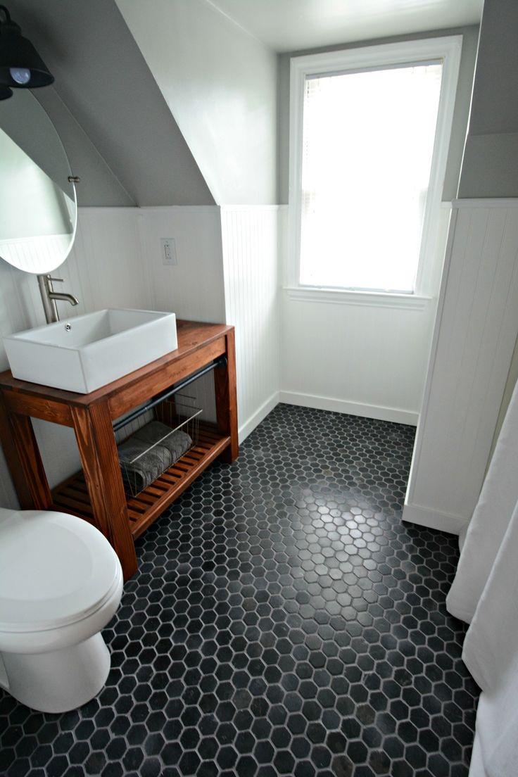Черная плитка на полу в ванной