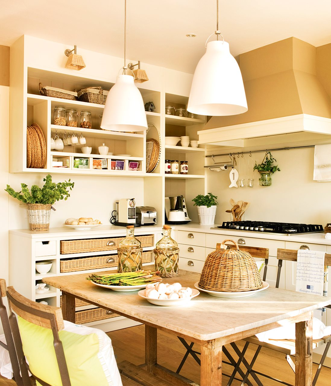 Дизайн маленькой кухни с полками