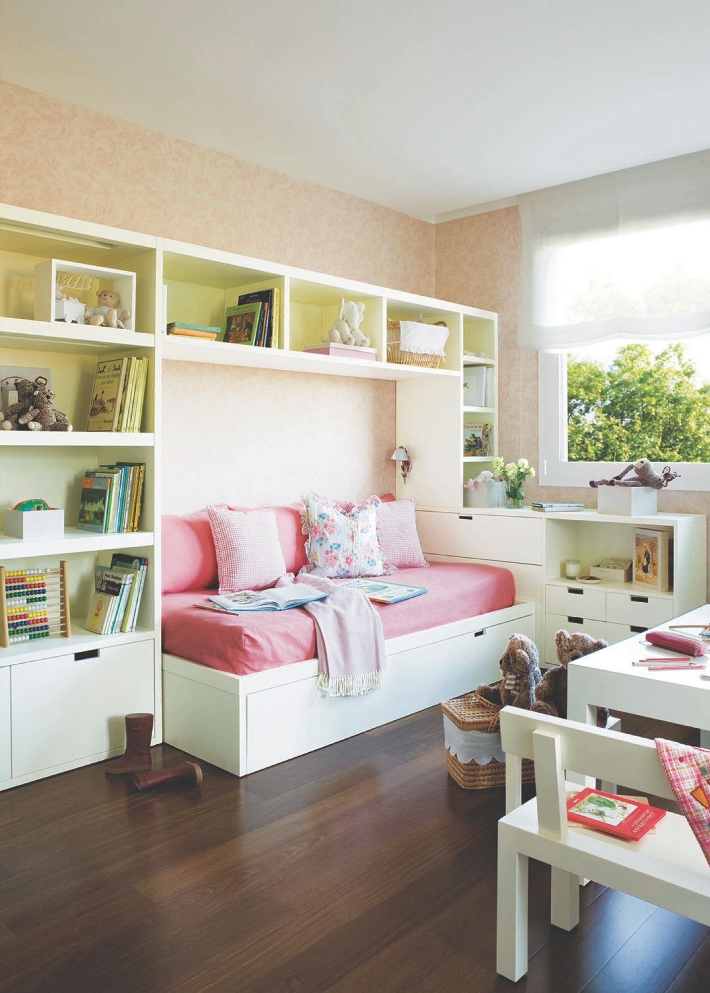Детская комната для девочки с полками