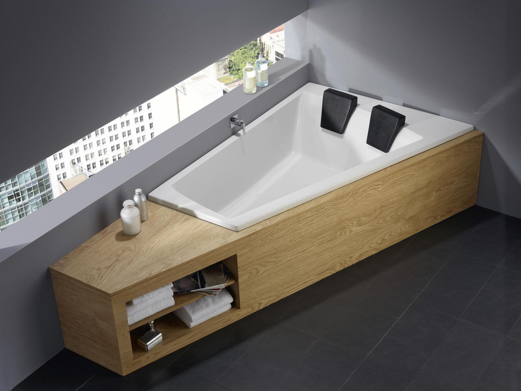 Угловая ванна с полочками