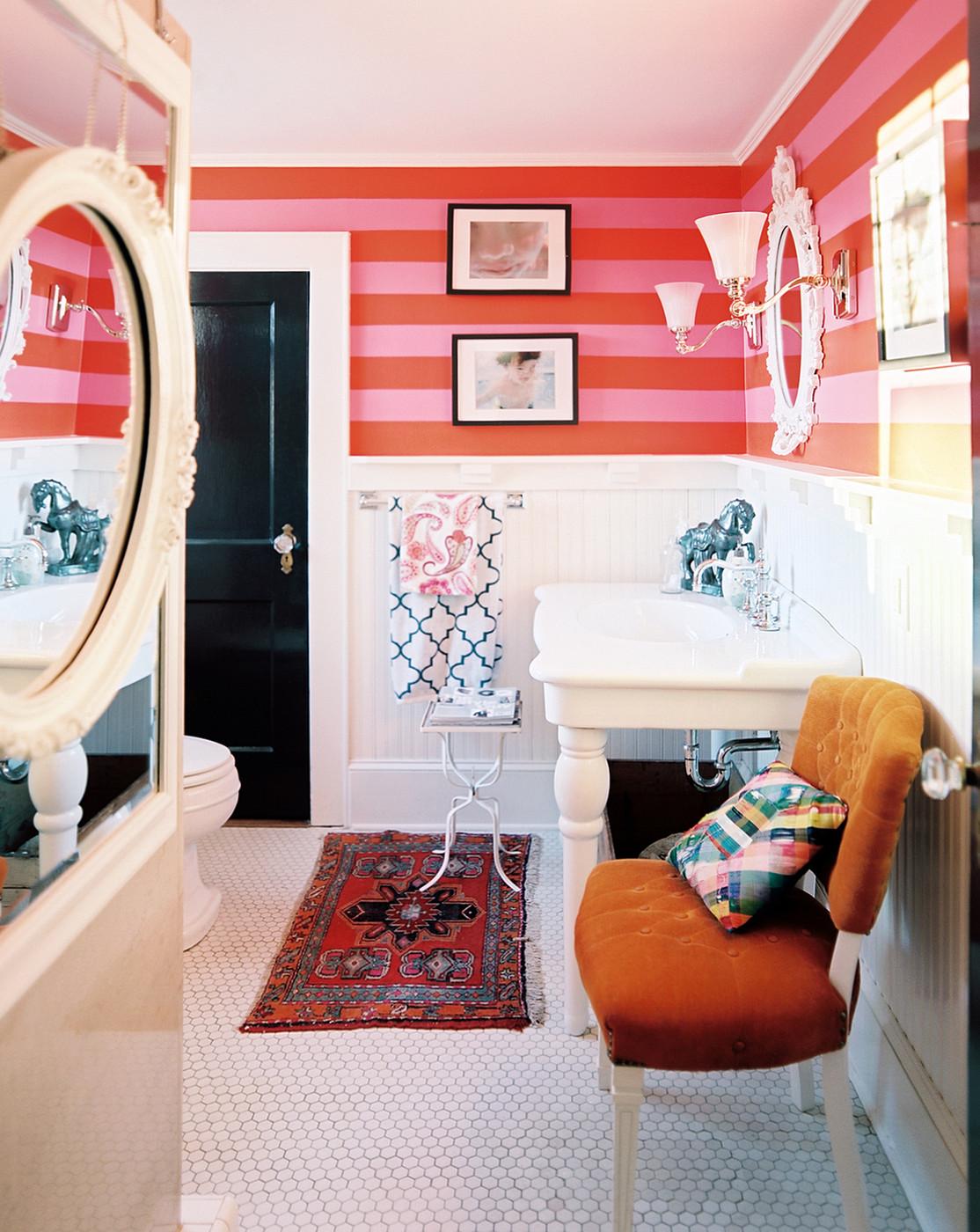 Красные полосатые стены в ванной
