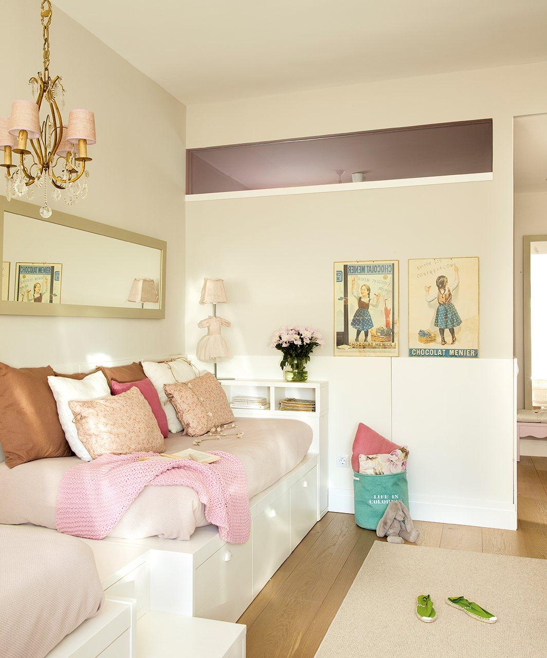 Детская комната для девочки с постерами