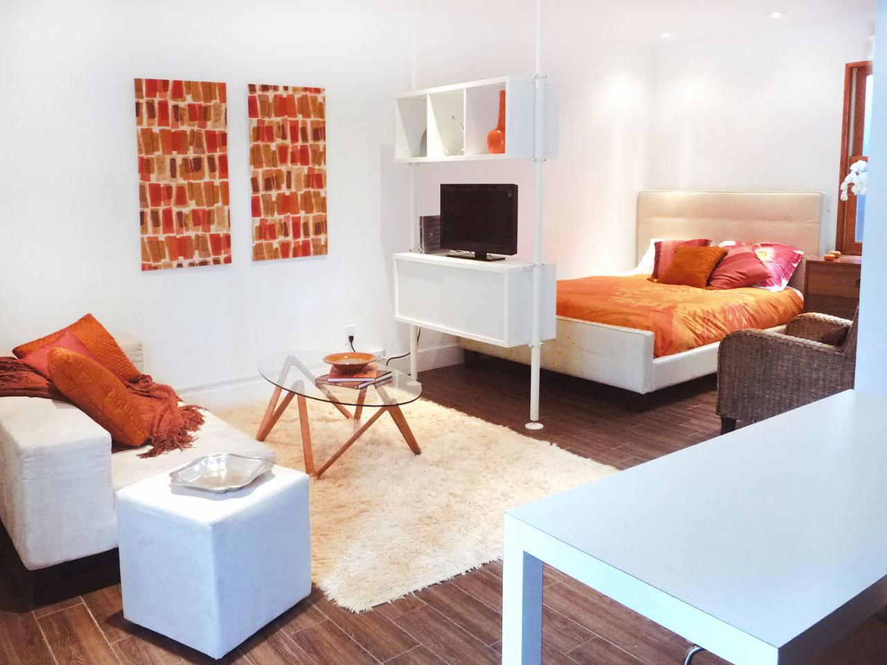 Спальня в однокомнатной квартире простая