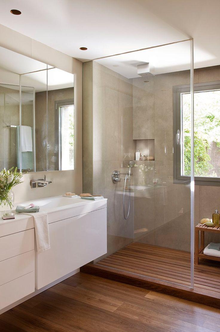 Маленькая ванная комната с деревянным полом