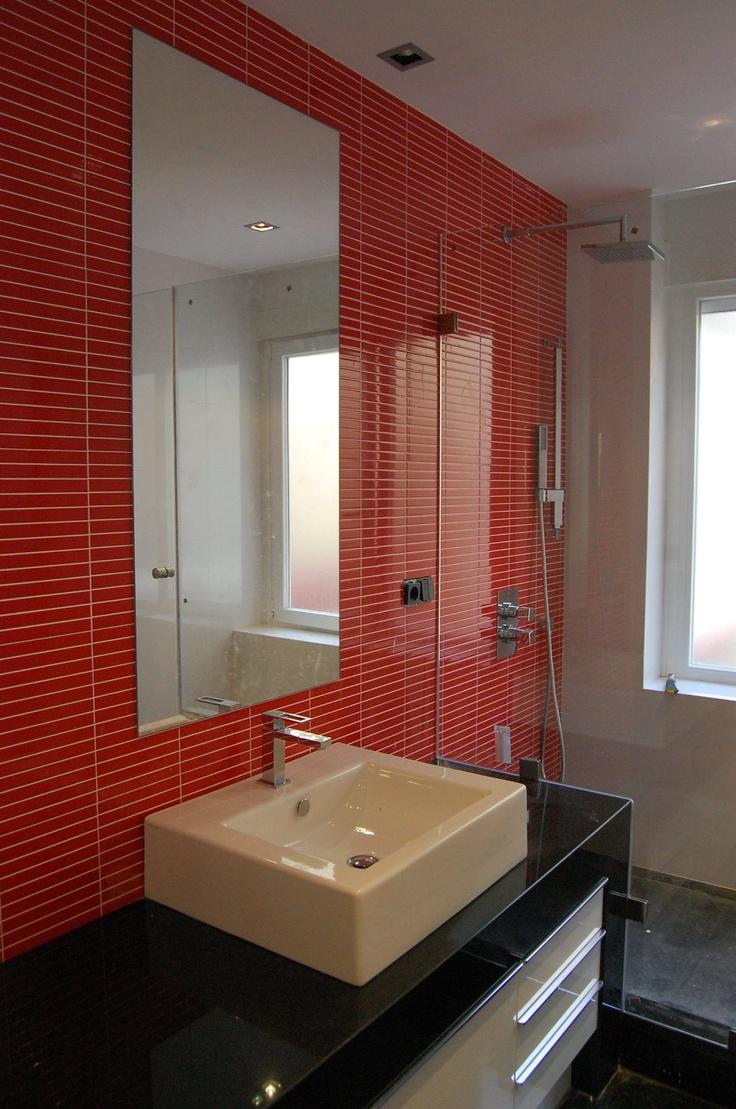 Красная ванная с прямоугольной плиткой