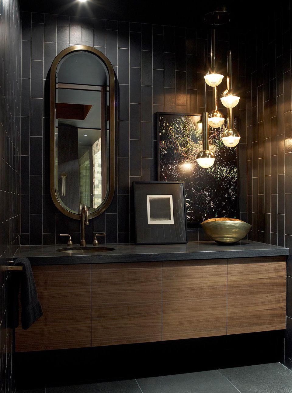 Черная ванная с прямоугольной плиткой