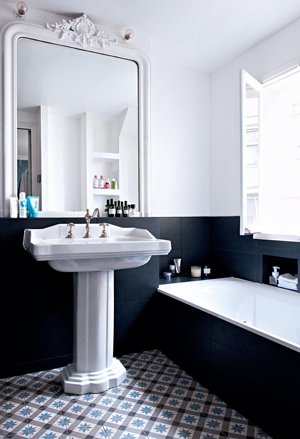 Черно-белая ванная в стиле ретро