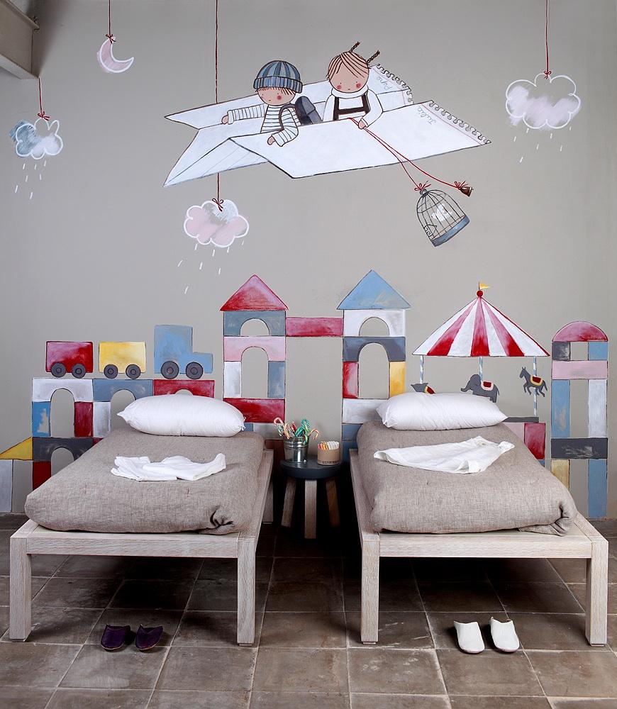 Детская комната для мальчика с рисунком на стене