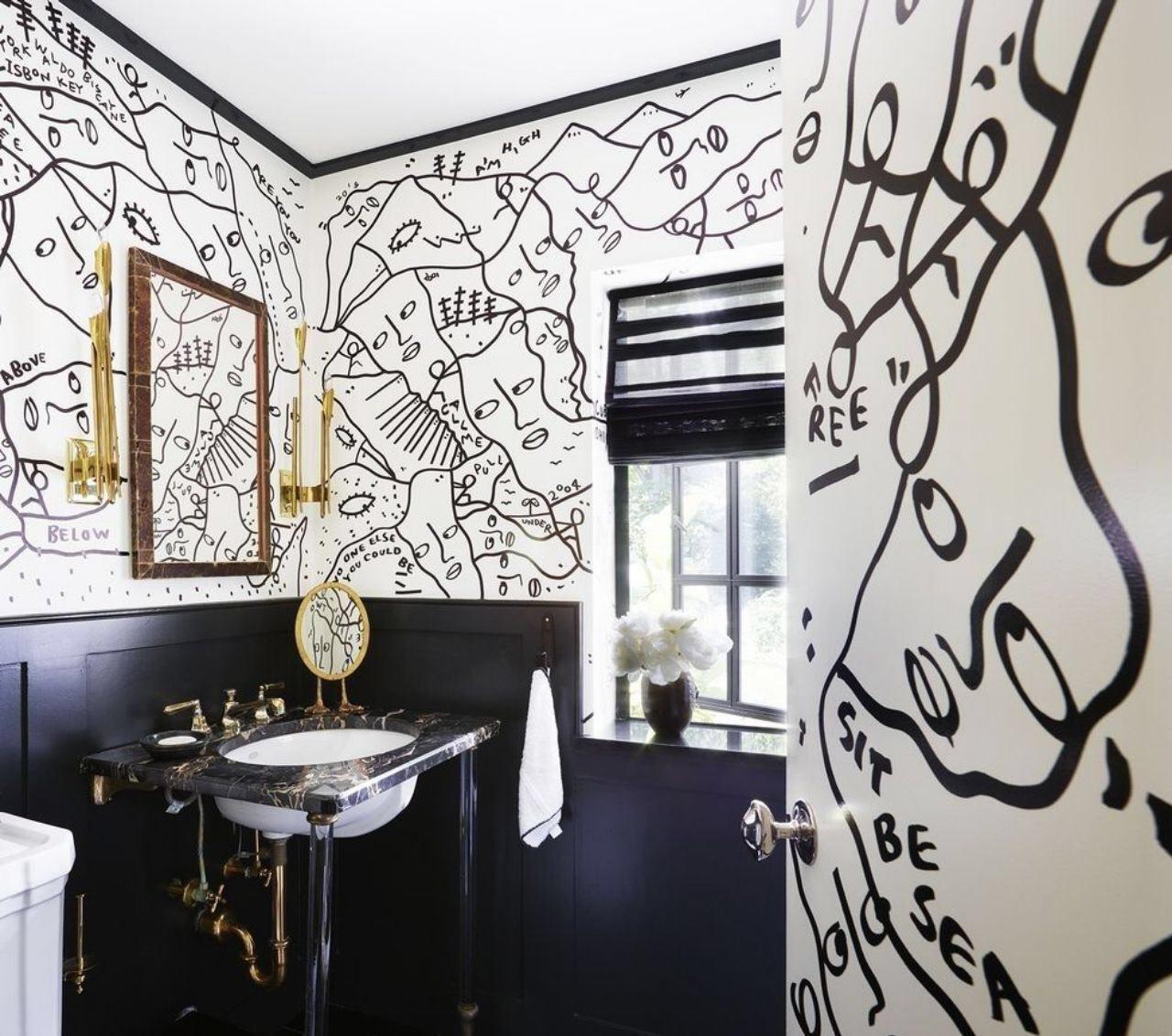 Черно-белая ванная с рисунком