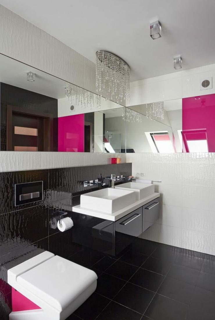 Черно-белая ванная с розовыми акцентами